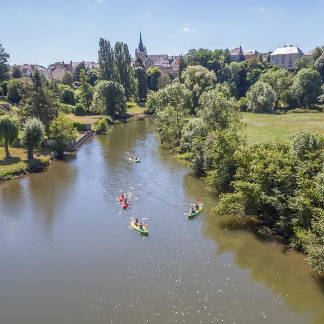 Canoës sur la rivière Sarthe à Fresnay-sur-Sarthe