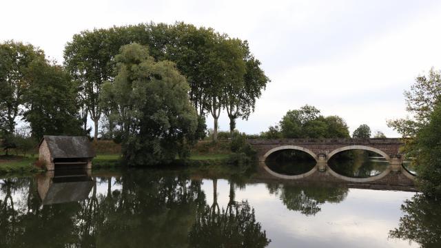 Au bord de la rivière Sarthe à Juillé