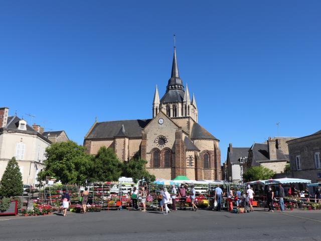 Le marché du samedi matin à Fresnay-sur-Sarthe