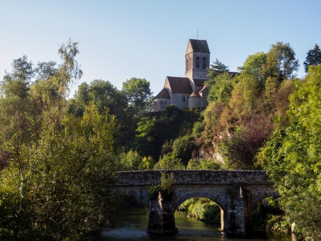 Vue sur le pont de l'église de Saint-Céneri-le-Gérei