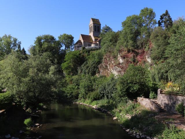 L'église de Saint-Céneri-le-Gérei surplombant la rivière Sarthe