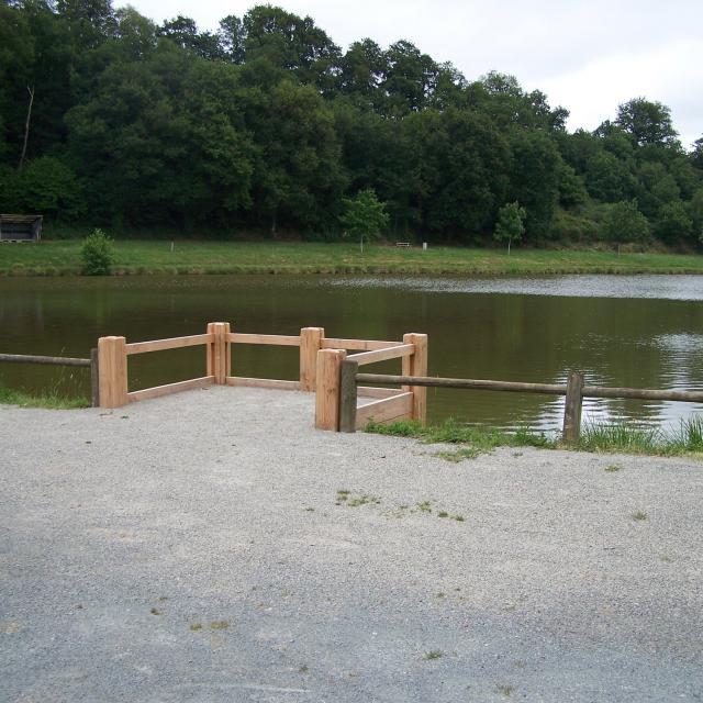 Ponton PMR à l'étang de Saint-Georges-le-Gaultier