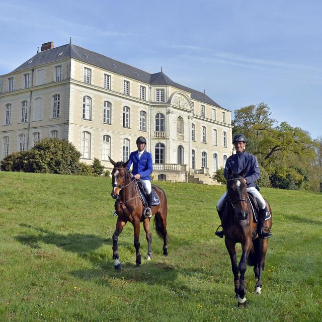 Nicolas Touzaint et Thomas Carlile devant le ch‰teau du Parc DŽpartemental de L'Isle Briand au Lion d'Angers (Maine-et-Loire).
