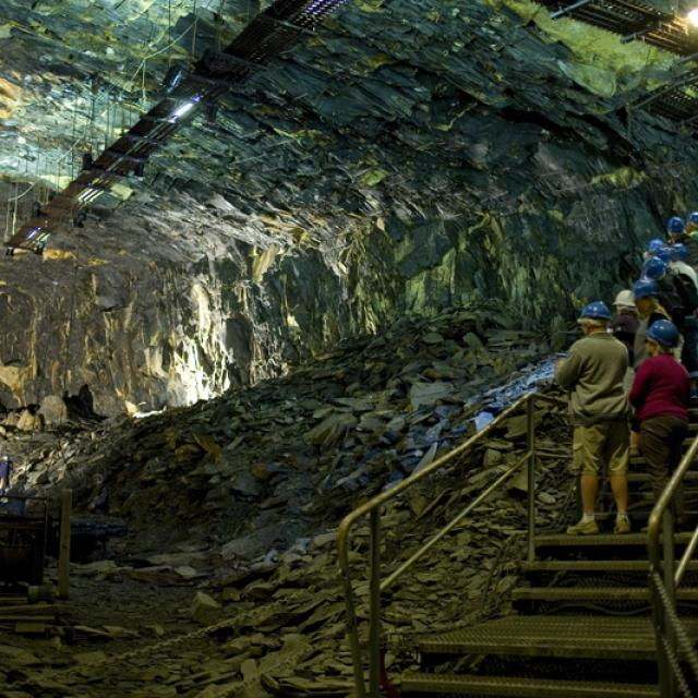 visite-126-mtres-sous-terre-1--la-mine-bleue-matthieu-serreau-light.jpg
