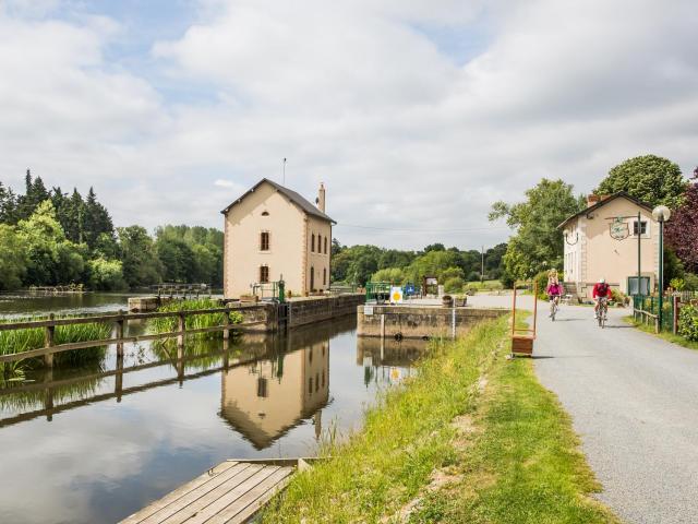 ecluse-de-neuville-la-mayenne-riviere-sud-mayenne-saint-sulpice-cp-philippe-caharel-mayenne-tourisme-1920px-1-1920x1279-1.jpg