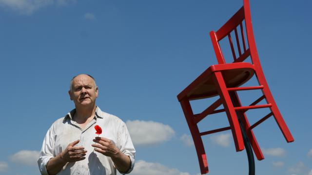 patrick-cosnet-et-la-chaise-rouge.jpg