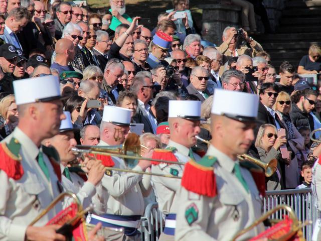defile-musique-legion-etrangere-spectateurs-camerone-oti-aubagne-scaled.jpg