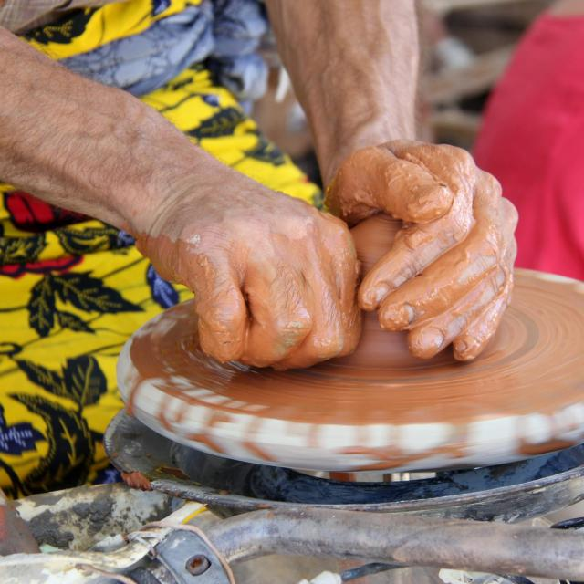 argilla-tournage-ceramique-mains-potier-pays-daubagne-scaled.jpg