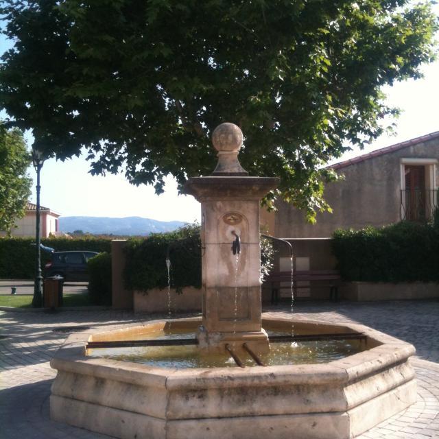 fontaine-belcodene-village-oti-aubagne.jpg