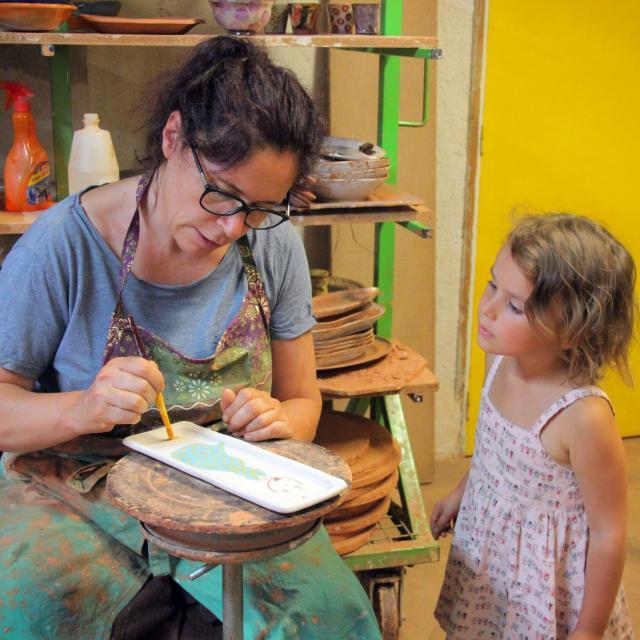 Création d'un repose-cuillère à l'atelier de poterie Hostein Noe à Aubagne.