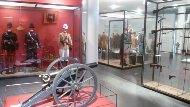 tenues-armes-musee-souvenir-legion-etrangere-oti-aubagne-scaled.jpg