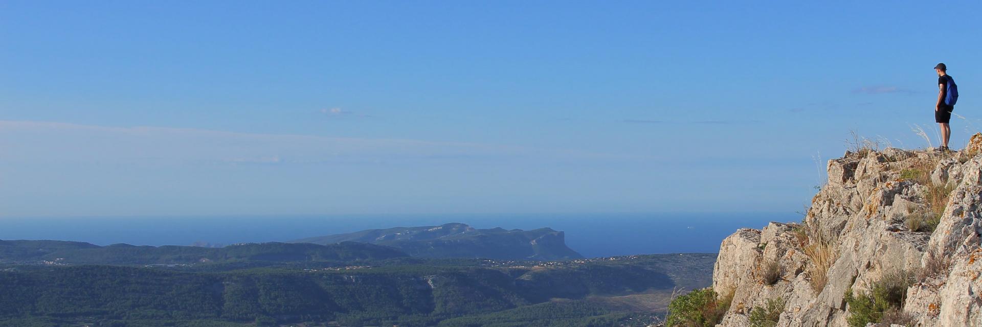 Sommet du Garlaban - randonneur - vue sur Aubagne, les collines et la Méditerranée - OTI_Aubagne