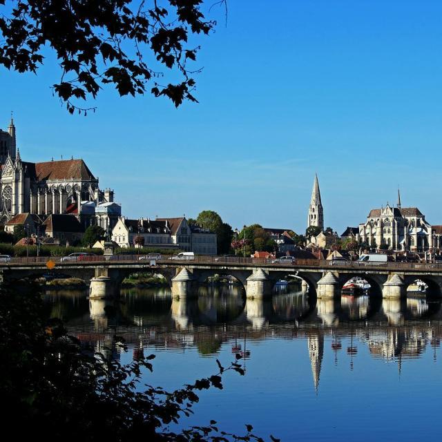 Instagram #auxerroistourisme-pont-riviere-paysage-abbaye saint-Germain-