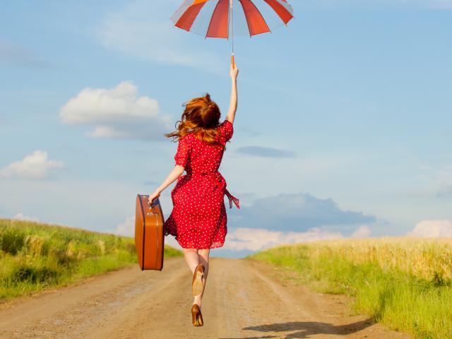 Femme valise campagne
