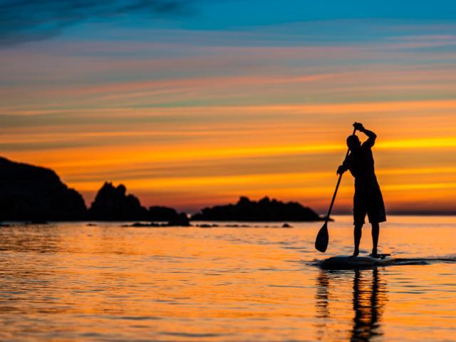 Promenade en paddle au soleil levant dans les Pyrénées Orientalesl