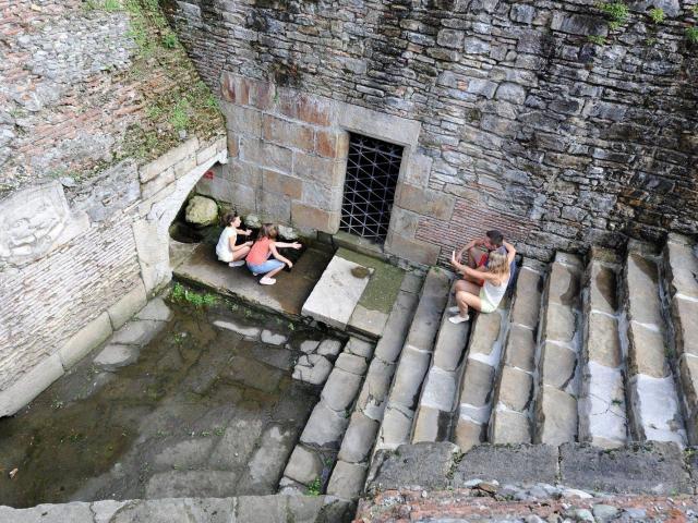 La Fontaine Militaire à Navarrenx, un des plus beaux villages de France : 4mètre en dessous du niveau de la ville, sa source reste aujourd'hui encore inconnue !