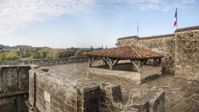 La terrasse de la Porte Saint-Antoine, son assommoir et son échauguette à Navarrenx, un des plus beaux villages de France