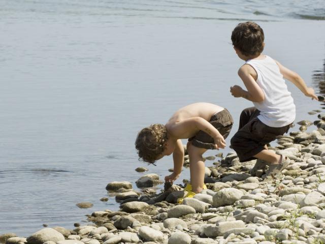 Enfants au bord du gave de Pau