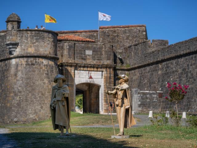 Statues Pèlerins à Navarrenx