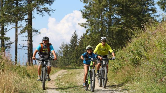 Balade en vélo en famille à Prapoutel Les 7 Laux