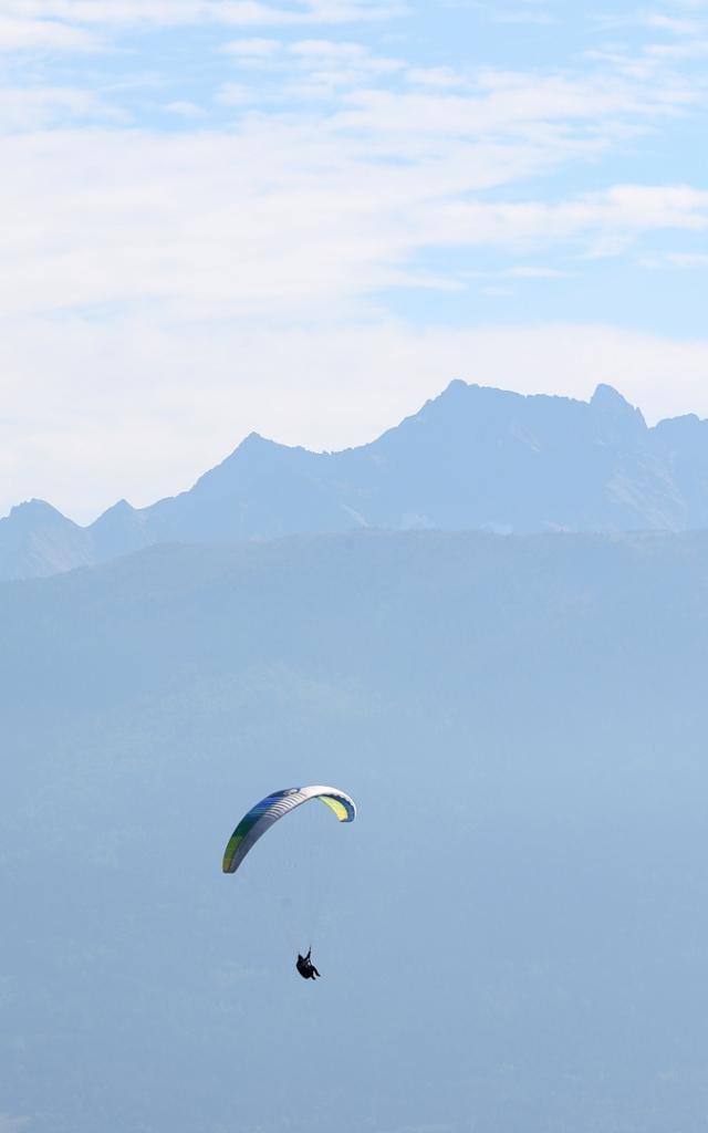 Parapentes qui survolent la vallée du Grésivaudan