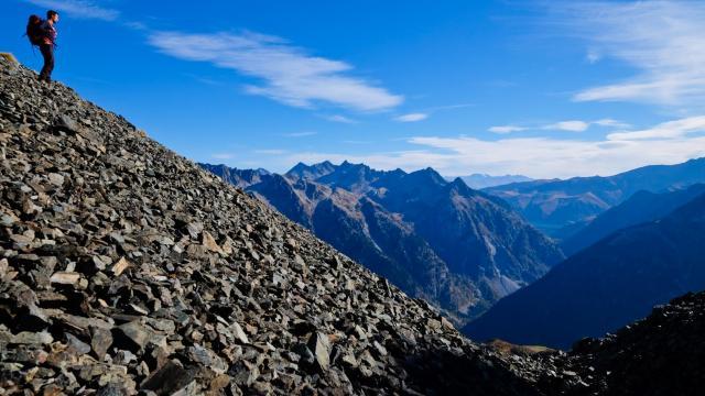 vue sur le massif d'Allevard et le lac de Grand-Maison depuis la brèche de Roche Fendue