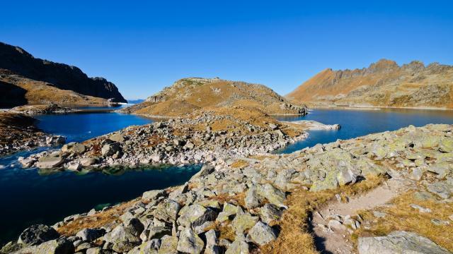 lac de Cottepens et lac de la Motte, séparés par une étroite bande de terre