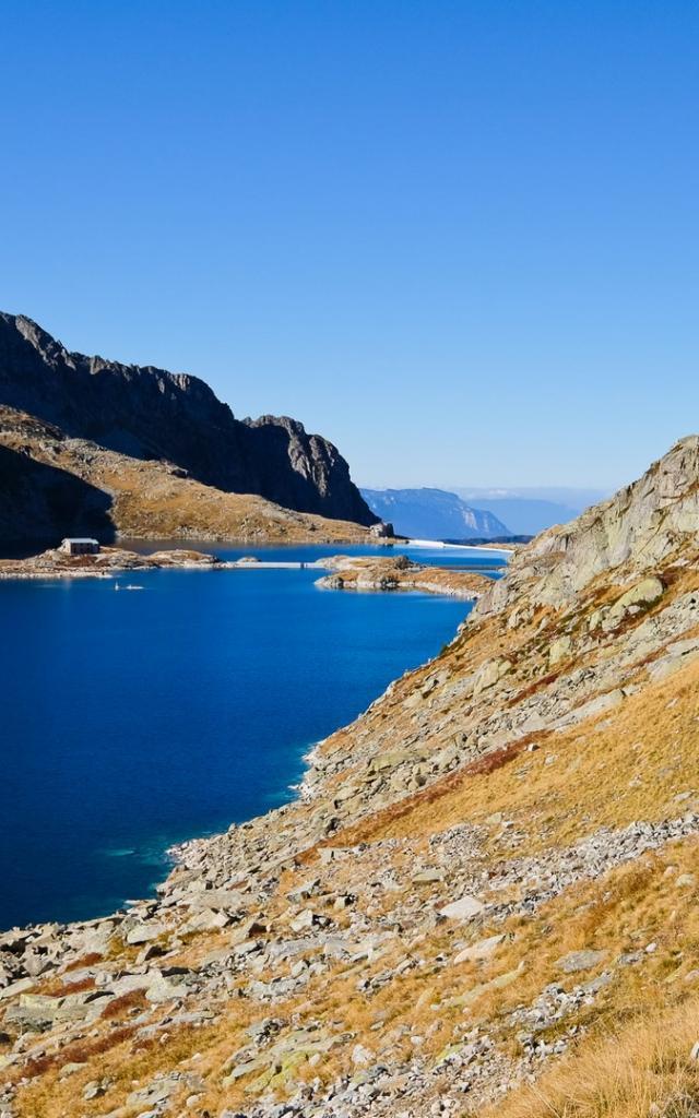 randonneurs longeant le lac de Cottepens