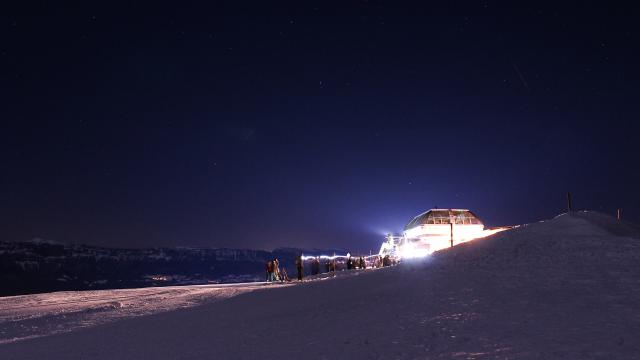 Télésiège de Claran éclairé pour le ski nocturne au Collet