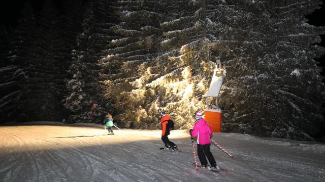 Skieurs de ski nocturneau Collet sur le Massif de Belledonne