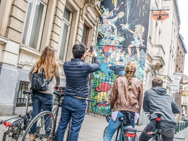 Mur BD 'Olivier Rameau' 'Roze Bottel' stripmuur (Dany - G. Oreopoulos & D. Vandegeerde 'Art Mural' - 1997) vélo - fiets - bike © visit.brussels - Eric Danhier - 2017