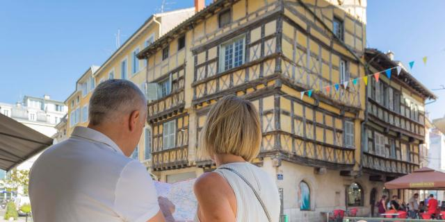 Couple en balade touristique avec un plan