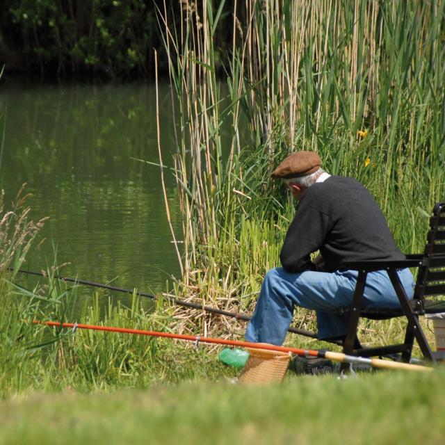Un pêcheur sur la Reyssouze au parc de loisirs de Bouvent.