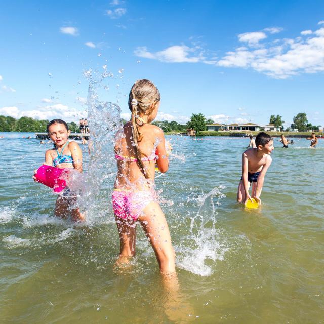Enfants qui jouent dans l'eau