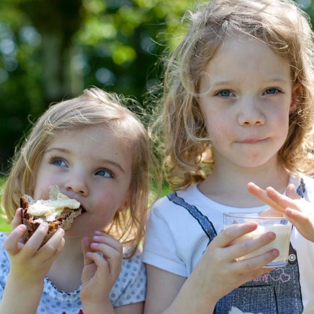deux petites filles qui goutent