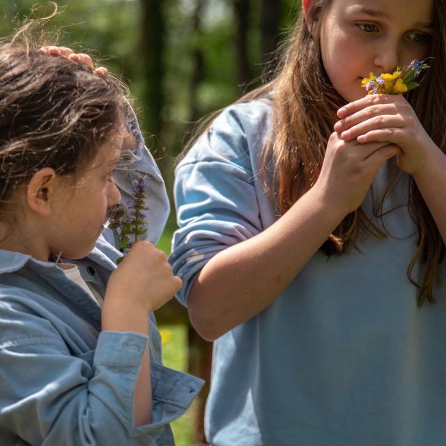 Enfants avec des fleurs