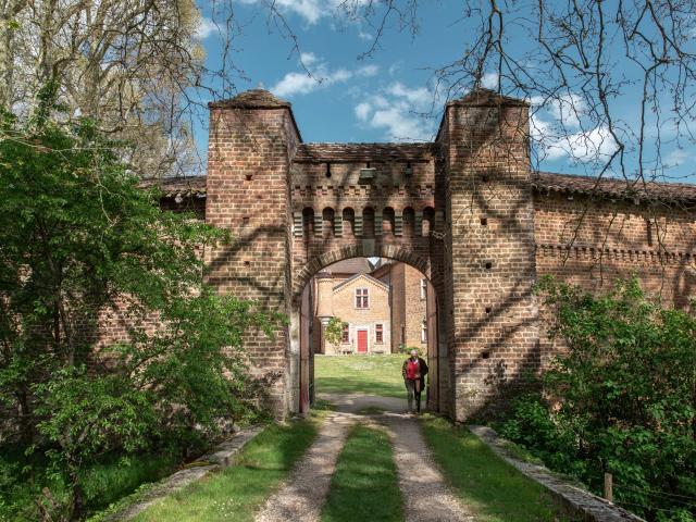 Châtelain devant son château