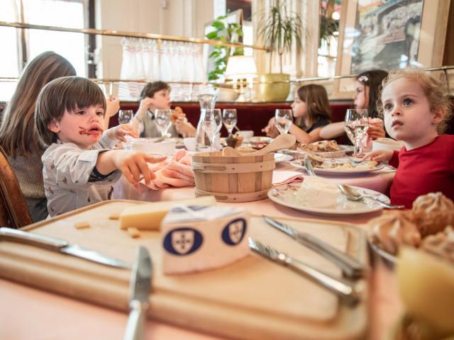 Enfants à table restaurant