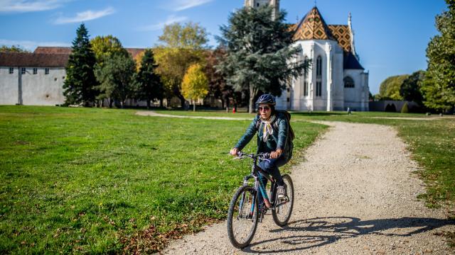Vélo aux arrières du monastère royal de Brou
