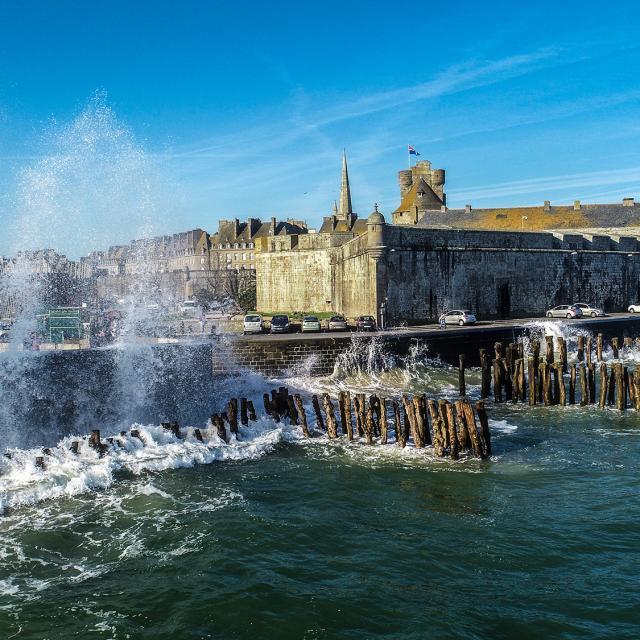 Grandes marées sur les brises lame de la cité Corsaire, Saint-Malo
