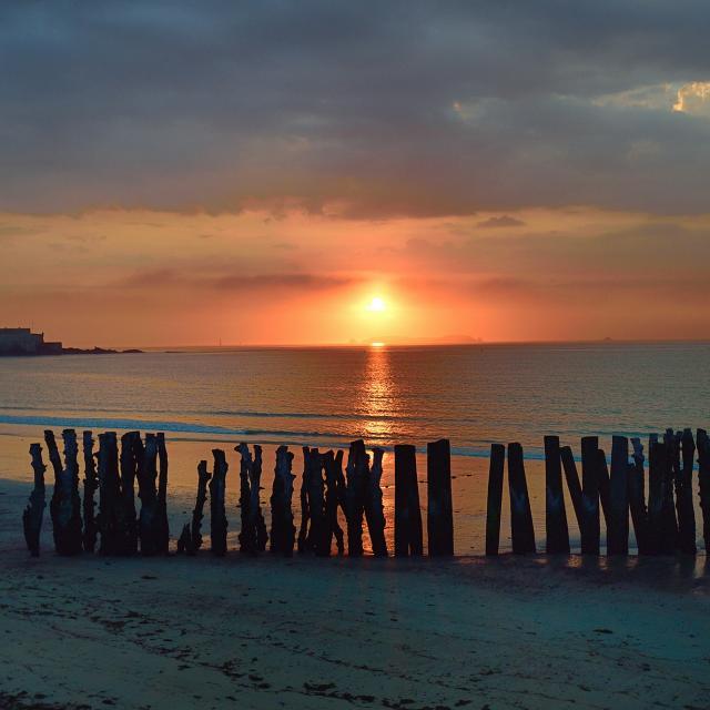 Coucher de soleil sur les brise lames de Saint-Malo