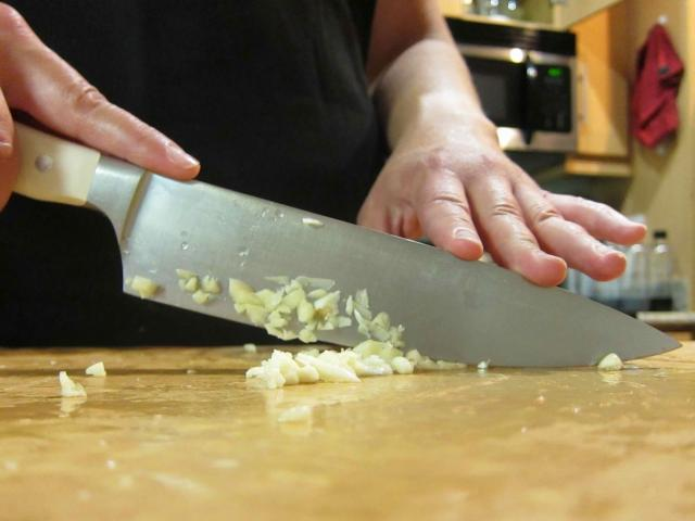 chopping-garlic-01-1.jpg