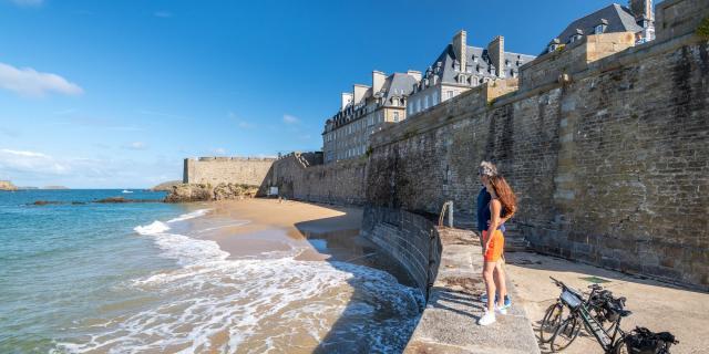 Au pied des remparts à Saint-Malo