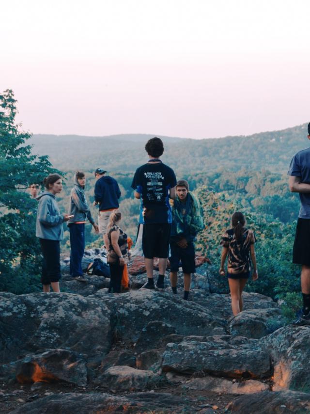 Groupe de personnes en voyage