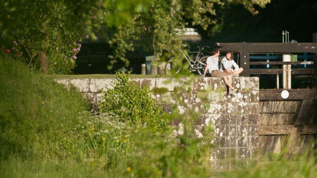 France, Ille-et-Vilaine (35), Hédé, le canal d'Ille-et-Rance, cyclistes // France, Ille-et-Vilaine, Hédé, le canal Ille-et-Rance, cyclists