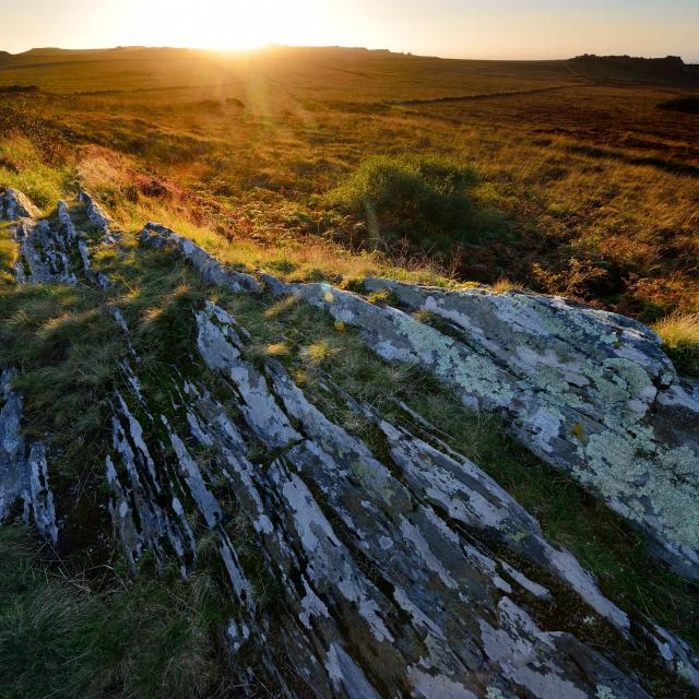 Ambiance mystérieuse au coucher de soleil sur le roc du
