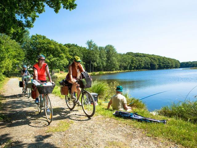 Cyclotouristes longeant le Canal de Nantes à Brest : Jonction avec les Voies Vertes à Carhaix