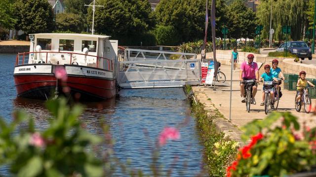 Péniche, accueillant l'Office de tourisme à Pontivy, sur le Canal de Nantes à Brest