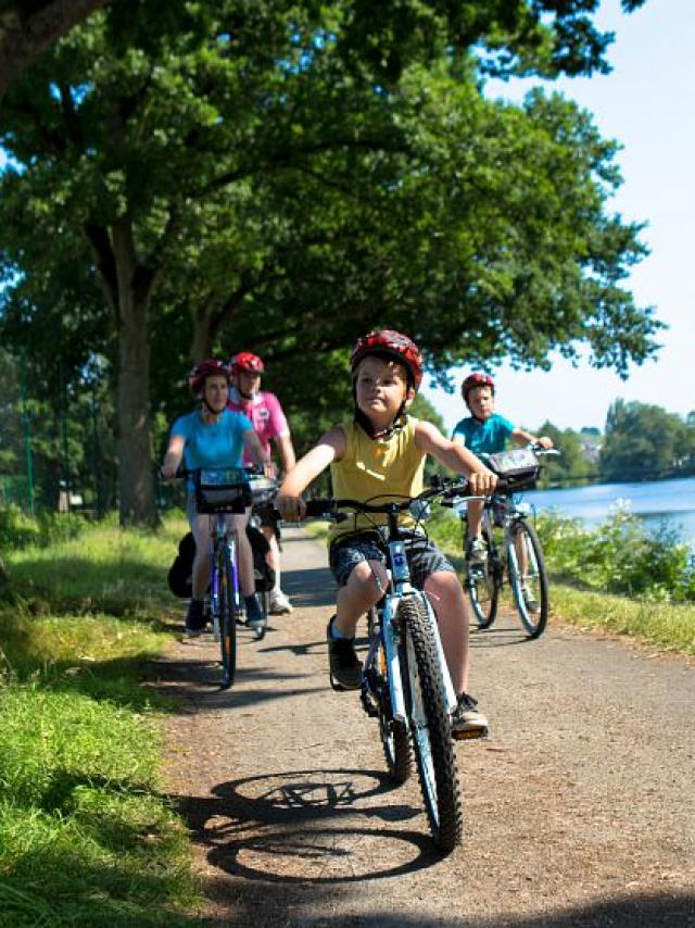 Promenade en famille à vélo sur le chemin de halage le long du Canal de Nantes à Brest