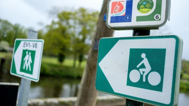 Panneaux indiquant les accès à la Vélodyssée et à la Voie Verte N°6, au niveau du Canal de Nantes à Brest